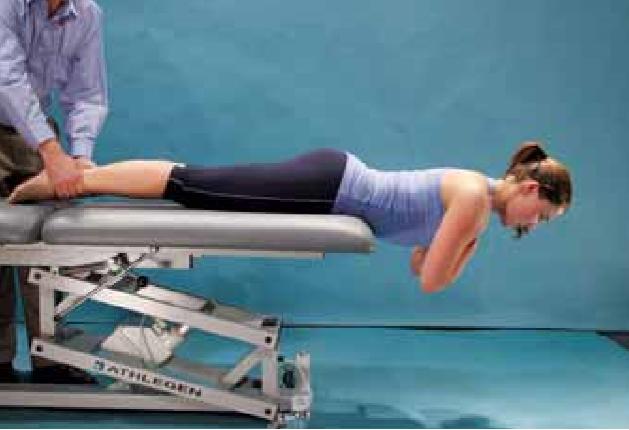 prova di resistenza estensore. L'atleta è incline oltre il bordo del divano con il bacino, fianchi e ginocchia protetti. Gli arti superiori sono tenute in tutto il petto con le mani appoggiate sulle spalle opposte